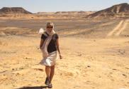 Vivian vandrer i Egypt ørken
